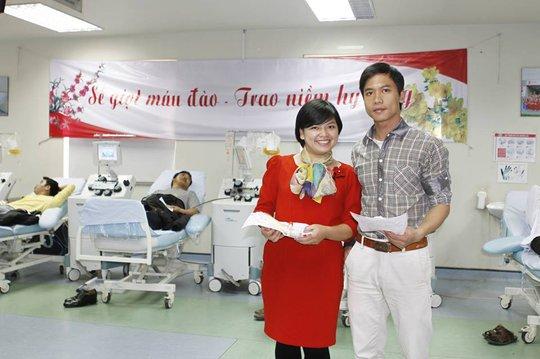 Chị Giang Hải, một kỹ thuật viên của Khoa Sản Xuất Chế Phẩm máu, hôm nay không chỉ đi hiến máu một mình mà chị còn rủ thêm cậu em trai cùng đi hiến máu tình nguyện đầu năm...