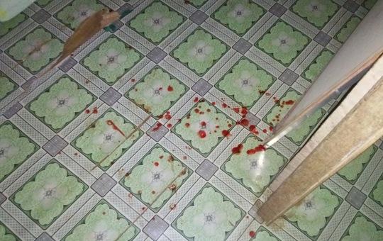 Những vệt máu của ông Bảy sau khi bị con trai tâm thần cắt cổ vào sáng sớm 20-9.