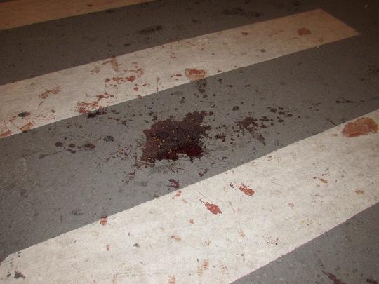Vết máu của ông Dũng sau khi bị nhóm côn đồ đánh đập vào đêm 30-9, tại góc đường Mạc Thị Bưởi – Đồng Khởi.