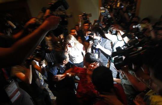 Một người phụ nữ Trung Quốc gào thét khi bị đưa ra khỏi cuộc họp báo chiều 19-3. Ảnh: Reuters