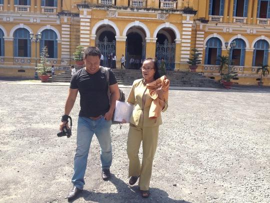 Nguyễn Thị Lang (mẹ bị cáo Huyền Như) cũng đến tòa để bảo vệ quyền và lợi ích hợp pháp của mình.
