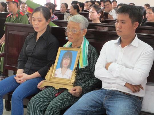 Mẹ của nạn nhân ôm di ảnh của con gái đến tham dự phiên tòa