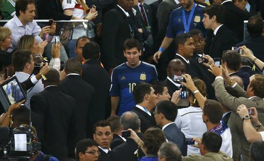 Messi như người mất hồn khi lên nhận giải nhì