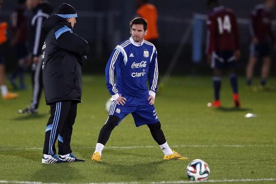 Messi tập luyện ở London chuẩn bị đá giao hữu với Croatia