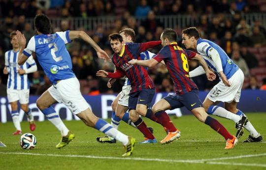 Messi trong vòng vây của các cầu thủ Sociedad