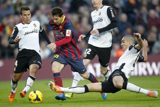 Messi ghi bàn nhưng không đủ giúp Barca tránh được thất bại ngược trước Valencia