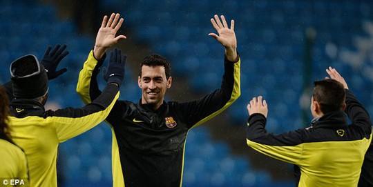 Các cầu thủ Barcelona và Messi (dưới) đã sẵn sàng cho trận đấu lớn vào rạng sáng mai