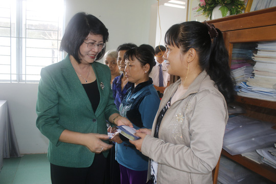 Bà Đặng Thị Ngọc Thịnh, Ủy viên Trung ương Đảng- Bí thư Tỉnh ủy Vĩnh Long, trao vốn cho bà con nghèo tại TP Vĩnh Long
