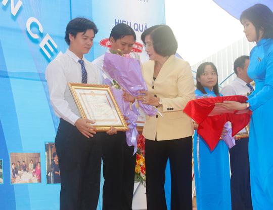 Bà Nguyễn Thị Thu Hà, Ủy viên Trung ương Đảng, Phó Bí thư Thành ủy TP HCM, tặng hoa cho các cá nhân đóng góp tích cực cho Quỹ CEP