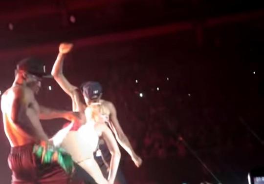 Màn ngoáy mông của Miley. Ảnh cắt màn hình