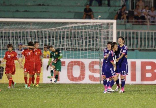 Cầu thủ Nhật ăn mừng bàn thắng mở tỉ số