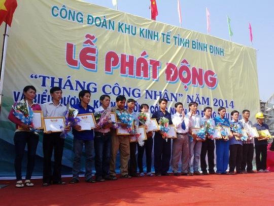 Công nhân tiêu biểu được Công đoànKhu Kinh tế tỉnh Bình Định tiêu dương sáng 25-4 ẢNH: ANH TÚ