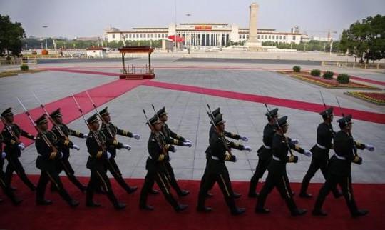 Đội quân danh dự của quân đội Trung Quốc diễu hành trước quảng trường Thiên An Môn. Ảnh: Reuters