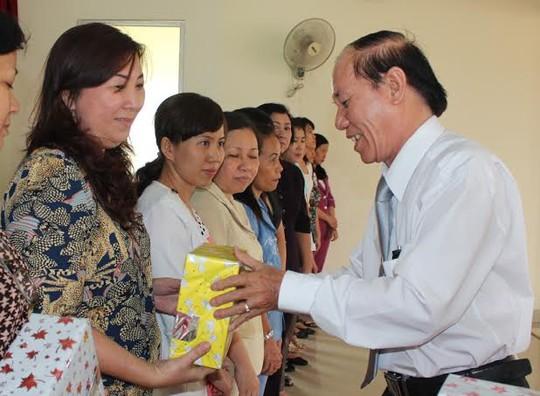Ông Trần Minh Vũ, Chủ tịch LĐLĐ quận Tân Phú trao quà cho nữ CNVC-LĐ tiêu biểu