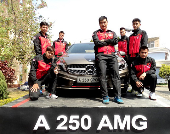 Đội tuyển David Cup Mercedes-Benz Việt Nam bên cạnh mẫu xe A250 AMG