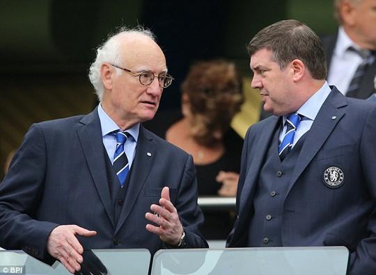 Giám đốc điều hành CLB Chelsea, ông Ron Gourlay (trái)