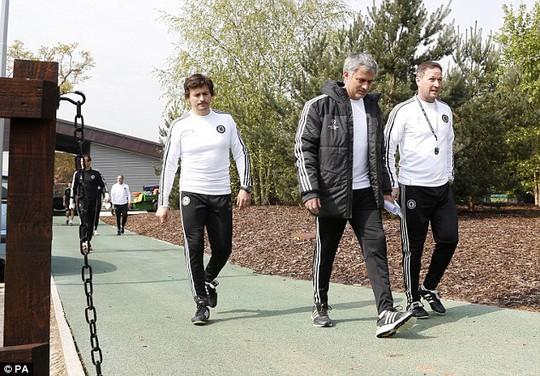 Ông Mourinho và trợ lý Faria ra sân tập vào sáng thứ hai