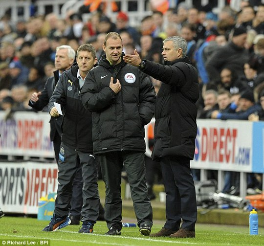 HLV Mourinho phàn nàn với trọng tài thứ tư vì các cậu bé nhặt bóng câu giờ