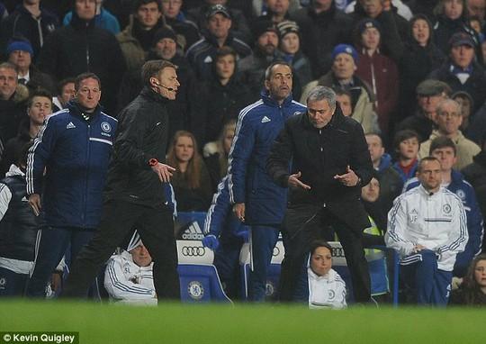 HLV Mourinho phản ứng dữ đội với trọng tài thứ tư
