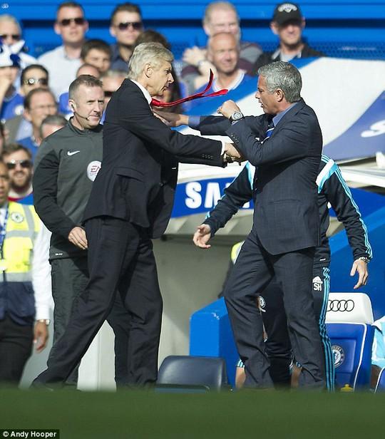 Ảnh chế: Ông Wenger đấu võ đài với HLV Mourinho