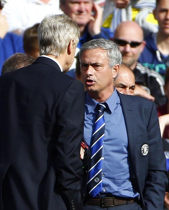 HLV Wenger và Mourinho tranh cãi sau vụ va chạm