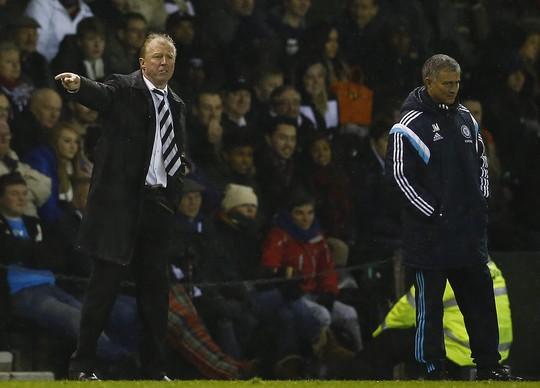 Ông Mourinho (phải) trong chiến thắng của Chelsea trước Derby County rạng sáng 17-12