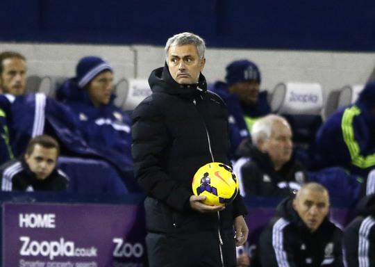 Ông Mourinh ngẩn ngơ nhìn Chelsea đánh mất 3 điểm quý giá