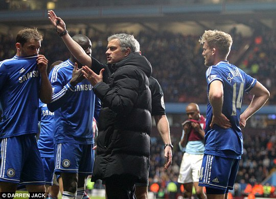 HLV Mourinho phản dối trọng tài Foy