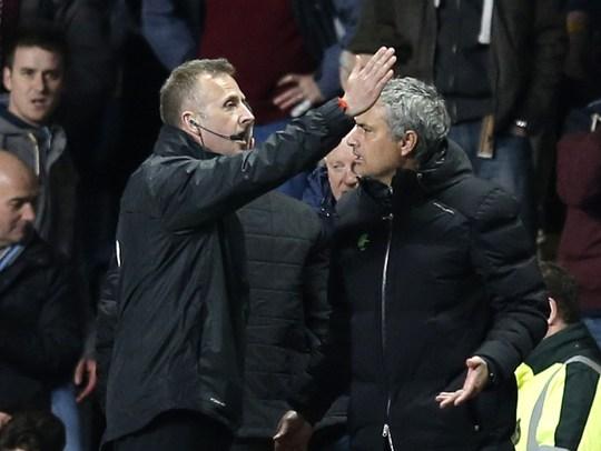 HLV Mourinho bị đuổi lên khán đài sau pha tranh cải với trọng tài