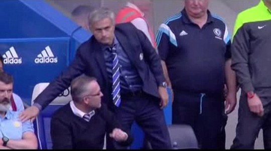 Hành động bị cho là xem thường đối thủ của HLV Mourinho