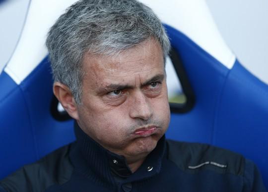 HLV Mourinho nhăn mày, vò mũi sau trận thua sốc Cystal Palace