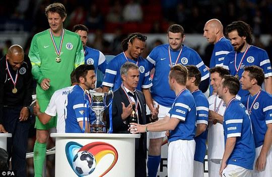 Đôi tuyển Các ngôi sao bóng đá thế giới và HLV Mourino nhận cúp danh dự