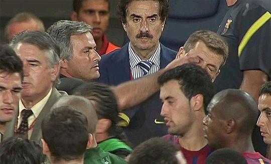 HLV Mourinho chọc mắt ông Vilanova trong một pha tranh cãi hồi năm 2011.