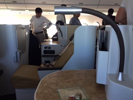 Đáp ứng xu hướng của hành khách là doanh nhân, khách công vụ đi công tác mong muốn có hạng ghế không đắt như hạng thương gia nhưng thoải mái hơn hạng phổ thông, Vietnam Airlines thiết kế từ 36 đến 45 ghế ngồi hạng phổ thông đặc biệt trên mỗi chiếc A350XWB. Hạng ghế này nằm ở vị trí giữa máy bay. Hiện nay trên loại máy bay Boeing777-200 đang khai thác đi Châu Âu và Đông Bắc Á của Vietnam Airlines đã có hạng ghế này nhưng thiết kế của A350XWB cho phép có chỗ ngồi rộng rãi hơn, nghế ngả rộng hơn, có đèn đọc sách và hộc để đồ ở mỗi ghế ngồi