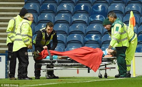 Simonsen được đưa đi cấp cứu ngay giữa trận