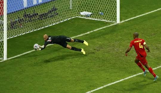 Tim Howard từ chối bàn thắng của Kompany bên phía Bỉ