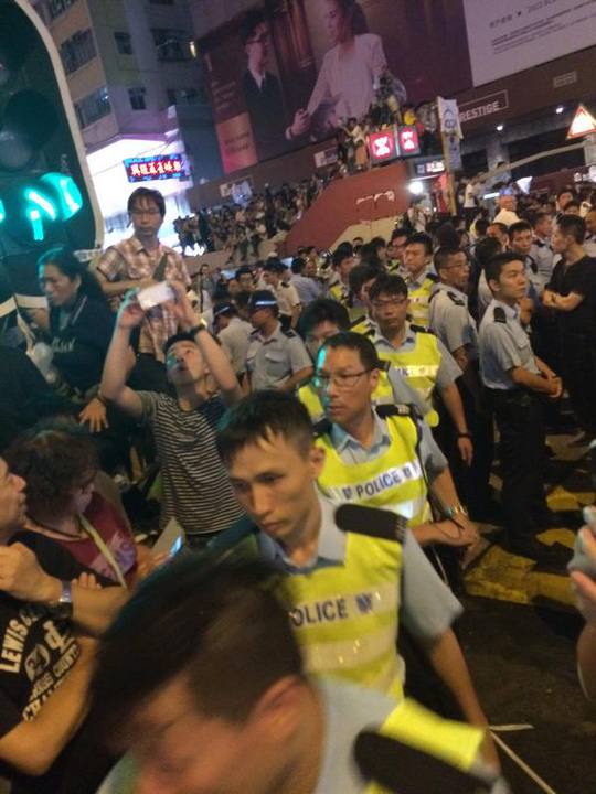 Cảnh sát đến khu Vượng Giác đông hơn. Ảnh: SCMP