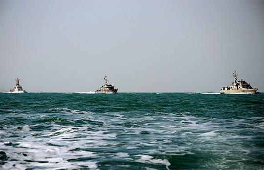 Tàu Monomoy (bìa trái) trên đường tới Umm Qasr, Iraq năm 2012.