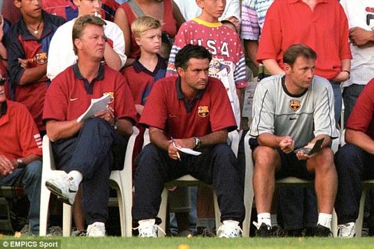HLV Van Gaal và trợ lý Mourinho khi còn ở Bracelona