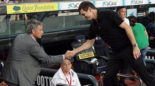 HLV Mourinho và Tito Vilanova bắt tay nhau