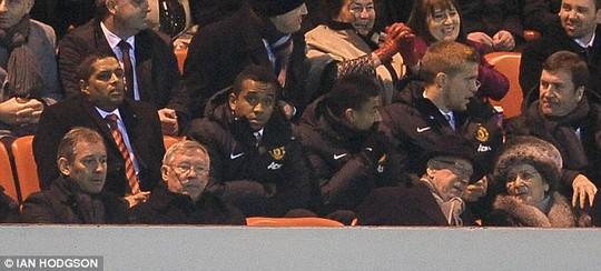 Cựu HLV M.U Ferguson và Bryan Robson (bìa trái) trên khán đài sân Ánh sáng