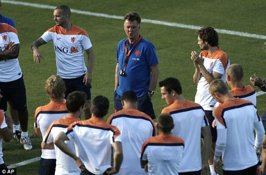 HLV Van Gaal đang làm nhiệm vụ ở World Cup nhưng không quên chỉ đạo các học trò ở M.U