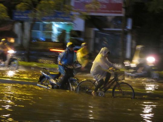 Một số xe máy đã bị chết máy vì ngập nước
