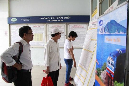 Hành khách xem cách thức mua vé tàu tại Ga Sài Gòn