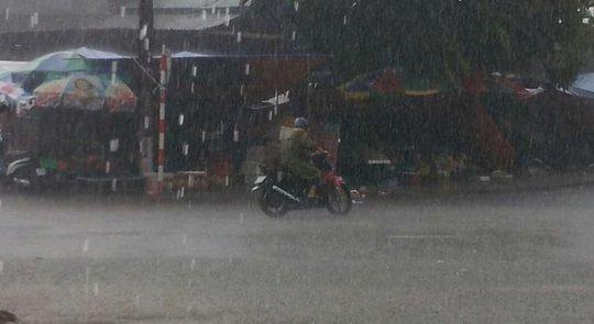 Trưa nay 18-9, mưa lại xối xả trút xuống Lạng Sơn khiến người dân lo lắng ngập lụt lại tiếp tục kéo dài