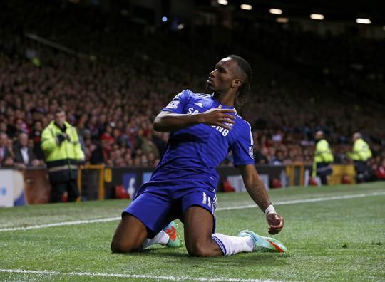 Drogba sau bàn mở tỉ số ở phút 53 cho Chelsea