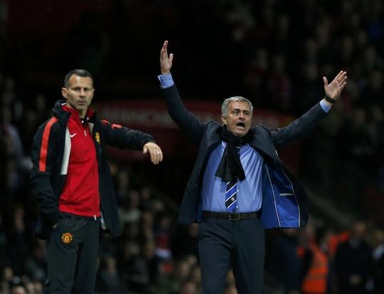 HLV Mourinho có vẻ không hài lòng với trọng tài trận này