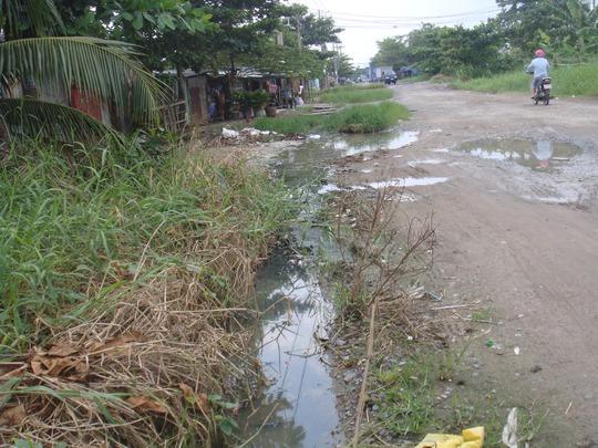 Nước thải sinh hoạt từ nhà dân chảy ra mương lộ thiên, đọng ngay trước nhà.