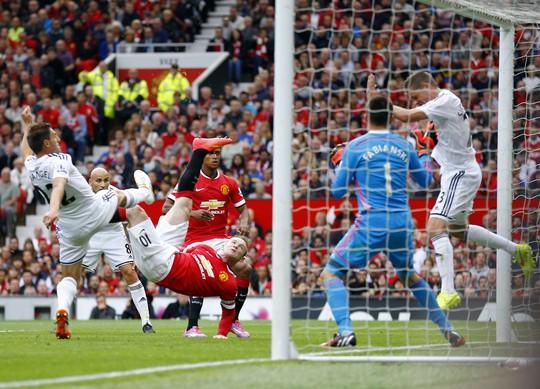 Rooney tung người gỡ hòa cho M.U