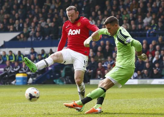 Rooney (trái) tỏa sáng với 1 bàn và 1 pha kiến tạo